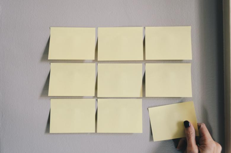 post it notes neatly arranged on a wall