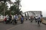 Crossing the bridge by cyclo