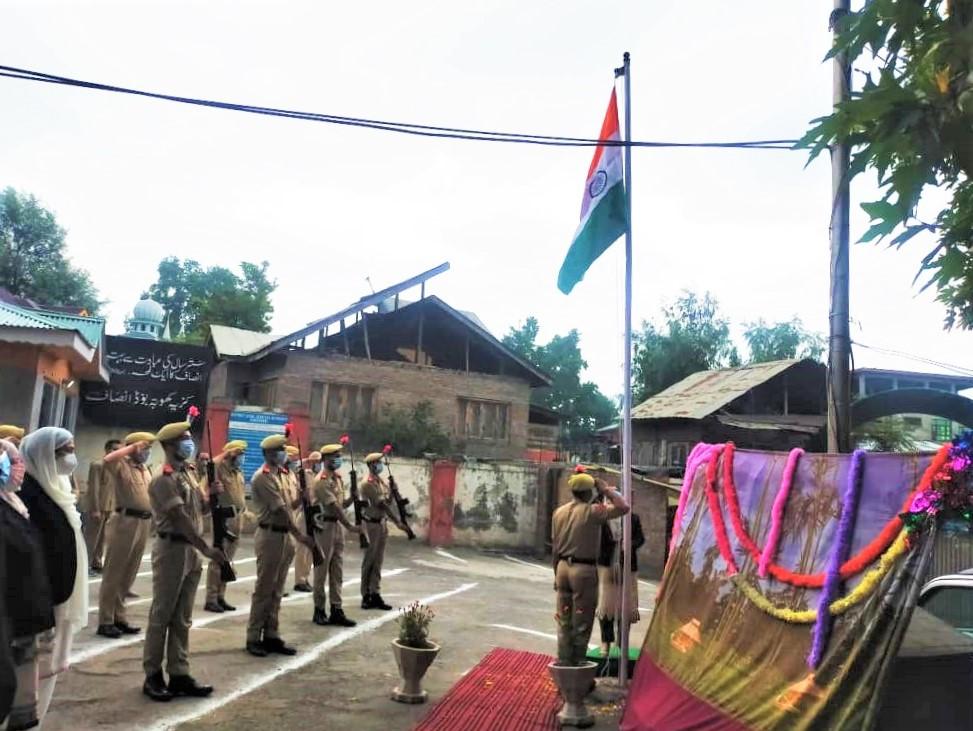 Tricolor unfurled in Court Complex Ganderbalon I-Day