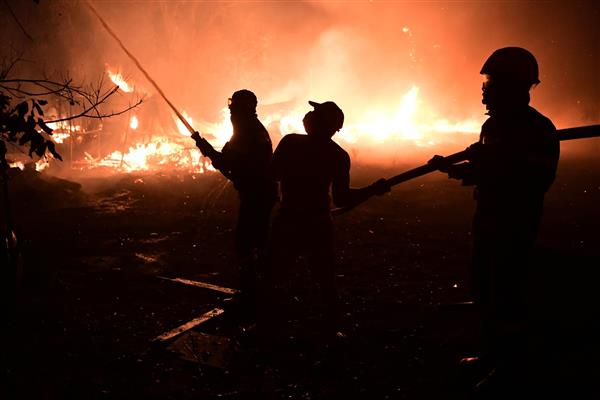 Thousands flee homes outside Athens as heat fuels wildfires