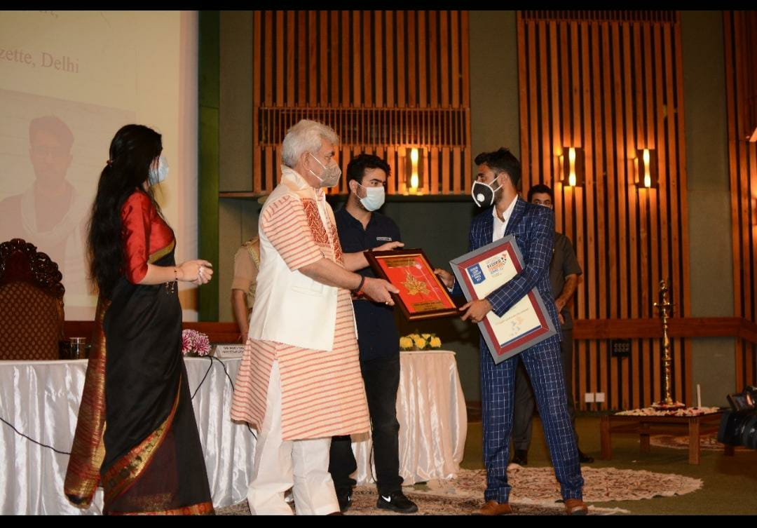 Pride Of Kashmir | Javed Dar conferred with young achievers Leadership award by Lt Governor of Jammu and Kashmir at SKICC Srinagar.