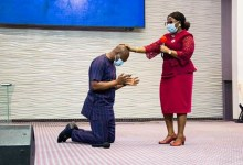 Photo of Female pastor lays hand on, prays for Apostle Joshua Selman