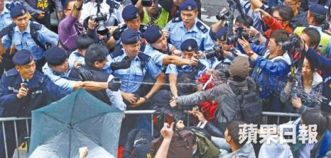 Police pepperspray anti smuggler protester (Photo: Apple Daily)