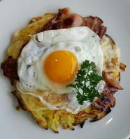 Bacon and Potato Rosti with Fried Egg is an easy breakfast/brunch that is ideal for everyone. For a change, you can mix the bacon into the potato mix before frying for a slight difference.