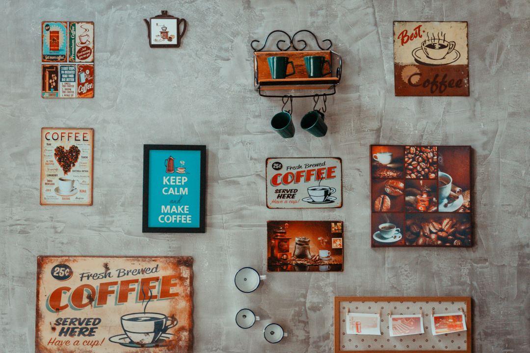 Schilder an Küchenwand