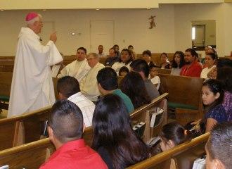 El arzobispo Joseph E. Kurtz dio su homilía durante la Misa del segundo Encuentro en la Arquidiócesis de Louisville el 27 de septiembre en la parroquia St. Pius X (Foto especial para The Record por Ruby Thomas)