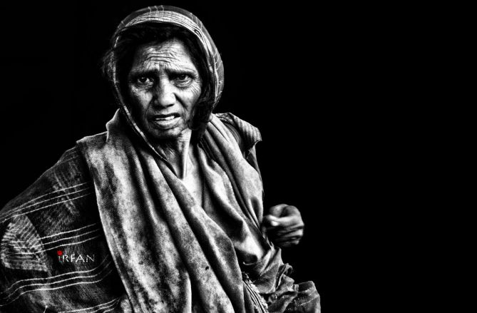 old woman with bag black and white, portraits, irfan hussain, thereddotman, irfan, hussain