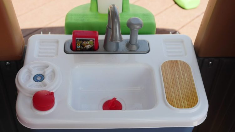 With a sink that has running water, children can play for hours in this playhouse. (c) Theresa's Reviews