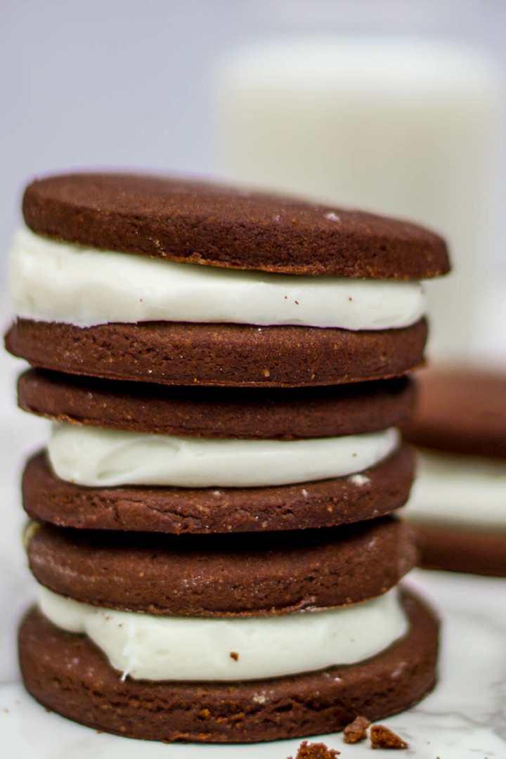chocolate sugar cookies with vanilla cream