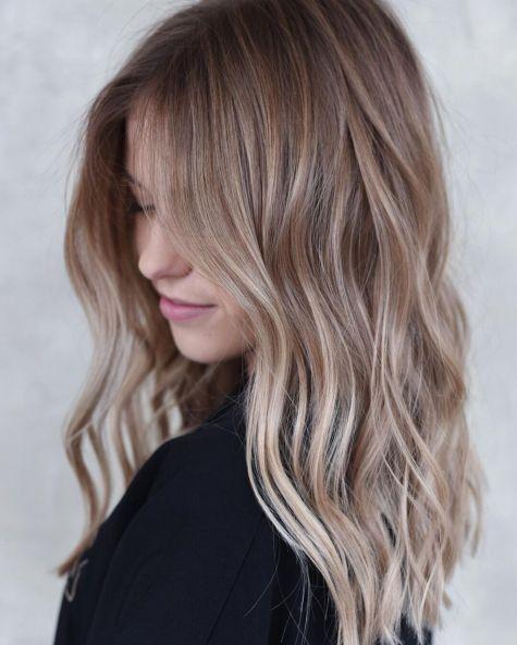 Svetlo smeđa dugačka kosa sa svetlim pramenovima