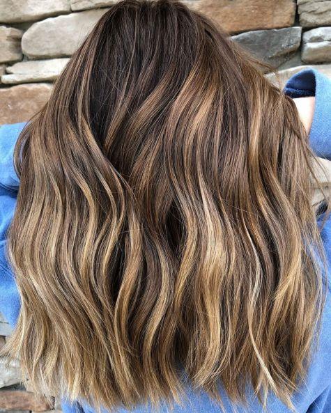 Dugačka smeđa kosa sa svetlim pramenovima