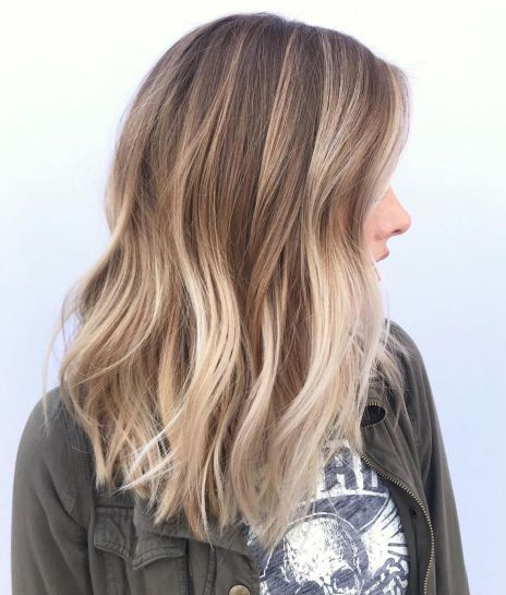 Devojka sa smeđe- plavom ombre frizurom