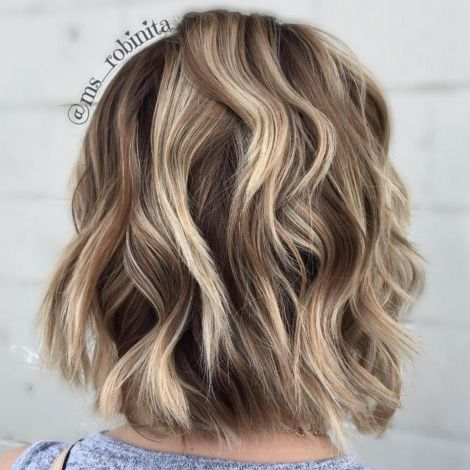 Smeđa bob frizura sa plavim pramenovima