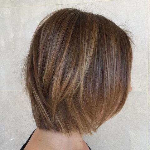 Svetlo smeđa bob frizura sa prirodno plavim nijansama