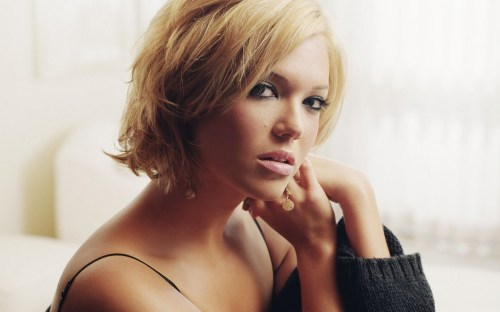 mandy moore short tousled hair