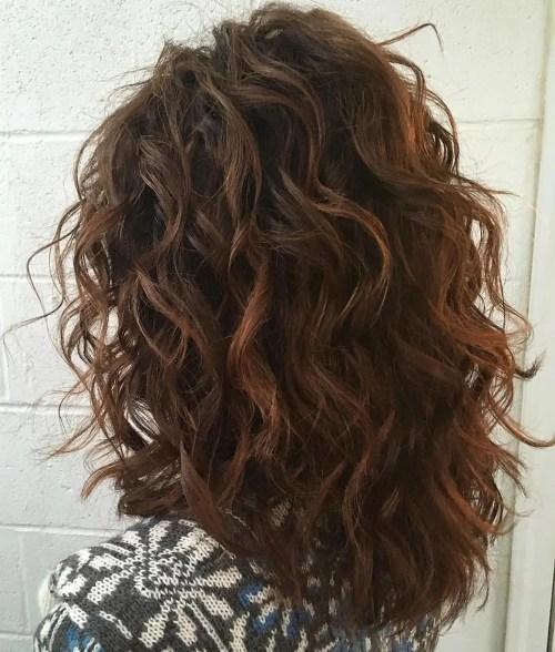Corte de cabelo em camadas ondulado de comprimento médio