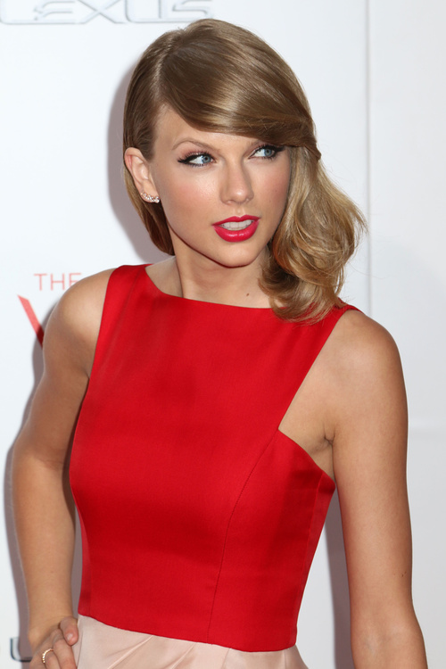 Taylor Swift medium hairstyle for straight hair