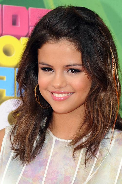 Selena Gome medium wavy hairstyle
