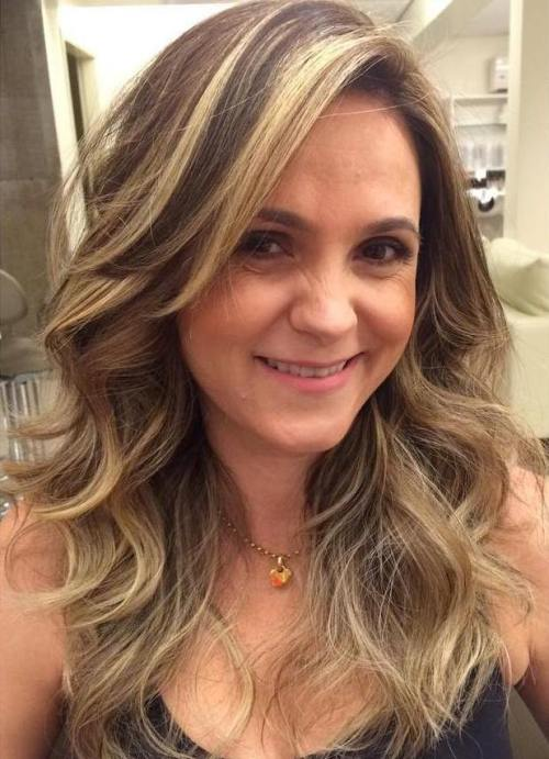 Brown lockiges Haar mit blondem Balayage