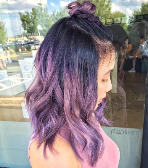 Pastell lila Haare mit schwarzen Wurzeln