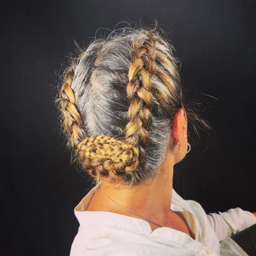 Duas tranças holandesas mesclando uma linha de demarcação de cabelos grisalhos e tingidos