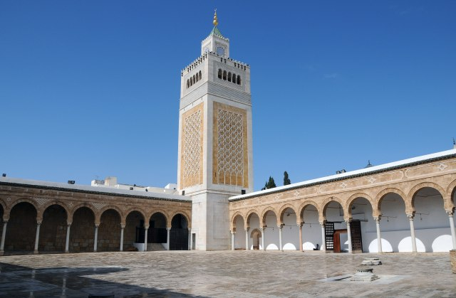 Minaret_et_patio_de_la_mosquée_Zitouna_au_centre_de_la_Médina_de_Tunis