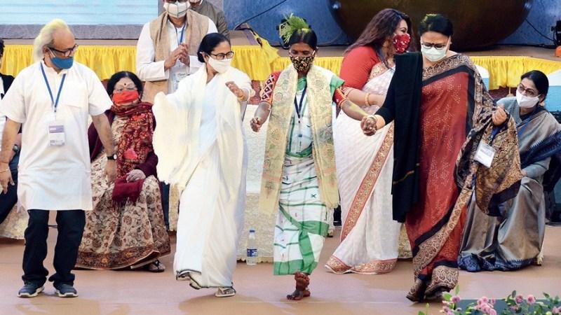 மேடையில் நடனமாடிய மேற்கு வாங்க முதல்வர் மம்தா பனர்ஜி