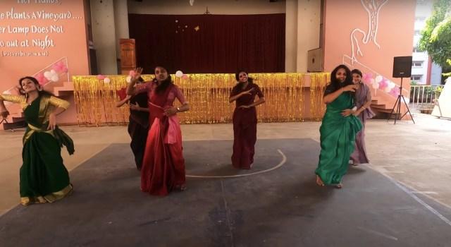 கல்லூரி விழாவில் இளம்பெண்கள் சேலையில் போட்ட செம டான்ஸ்