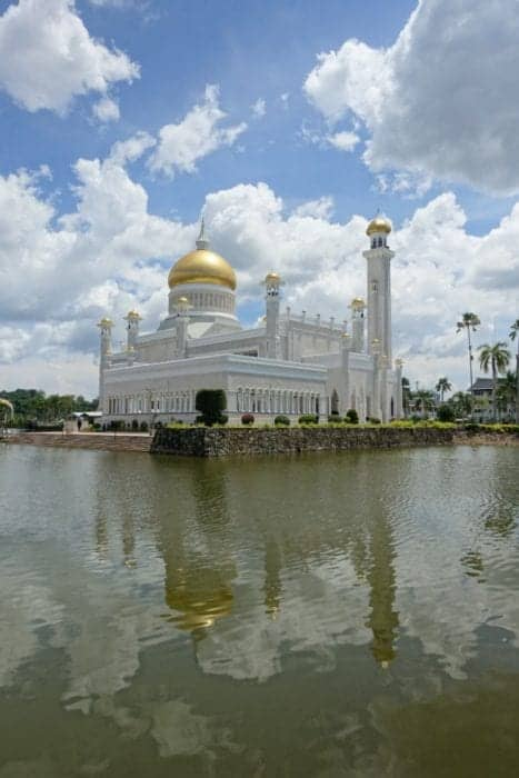 A day in Bandar Seri Begawan: The capital of the tiny country of Brunei on Borneo, Omar Ali Saifuddien Mosque, Kampong Ayer, Jame' Asr Sultan Hassanal Bolkiah Mosque, Tamu Kianggeh markets, dry, strict, border, how to get to Brunei, How to get to Brunei, brunei darussalam, Malaysia, Kota Kinabalu, Kuala Lumpur, Kuching, Miri, bus, boat, train, flight, bandar seri begawan brunei, expensive, cheap, currency, dollar, singapore, things to do in Bandar Seri Begawan, What is the capital of Brunei, Things to do in Brunei,
