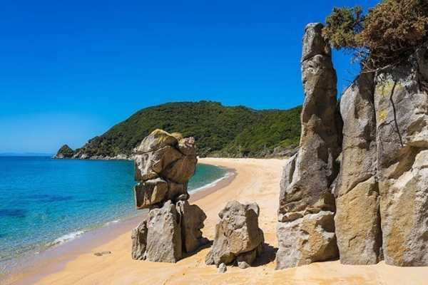 Abel Tasman National Park beach hike in New Zealand, travel photography tips for beginners, Tips on travel photography, tips for travel photography, tips for better travel photos, How to take better photos, composition, Street photography, portrait photography, landscape photography,
