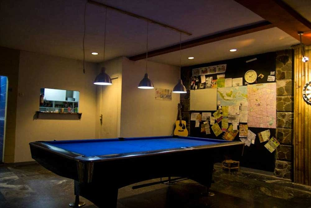 Six Degrees Backpackers Hostel - Pool Table