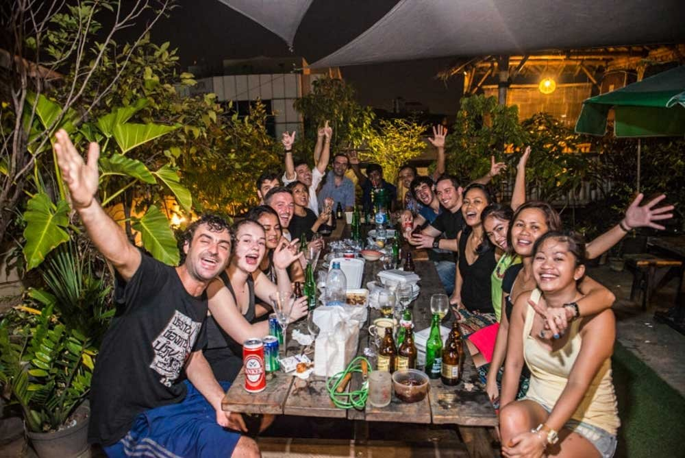 Six Degrees Backpackers Hostel - Rooftop patio with people partying