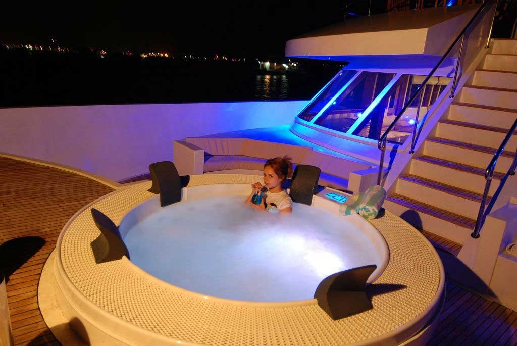 The hot tub, as pictured on the Emperor Divers web site