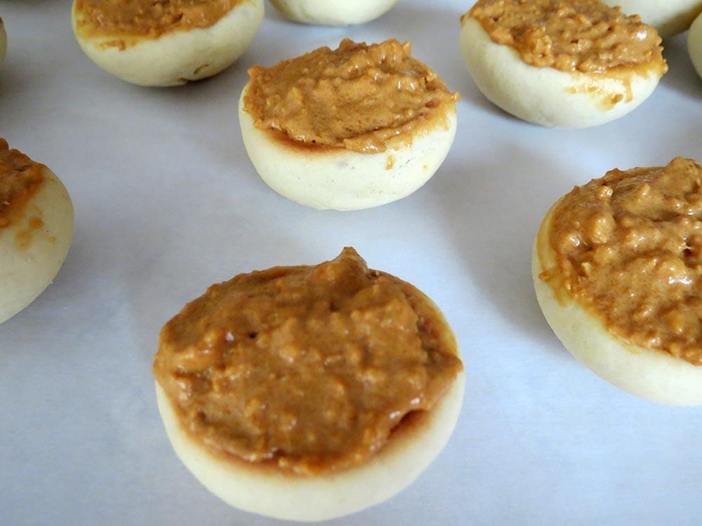 filling-peaches-halves-with-cream
