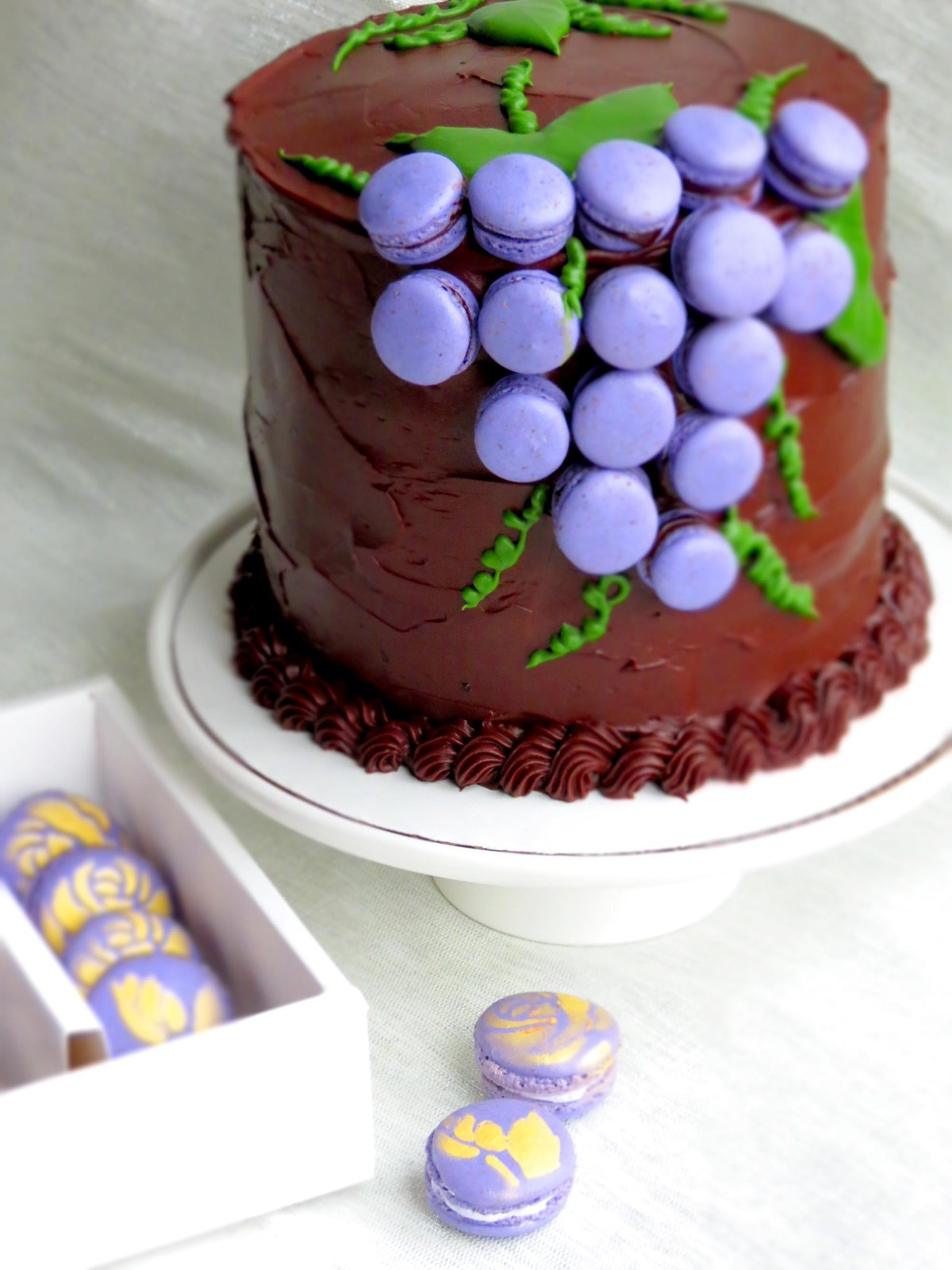 grape-macarons-cake