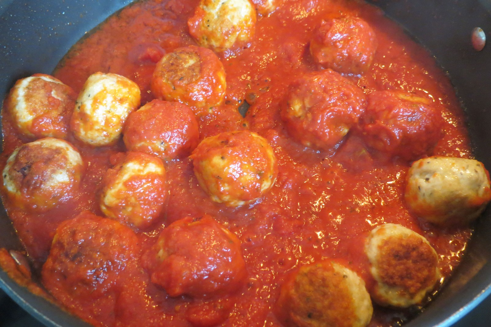 cooking-meatballs-in-marinara