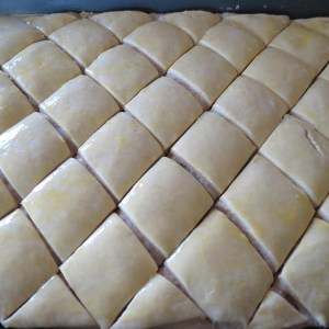 cutting baklava
