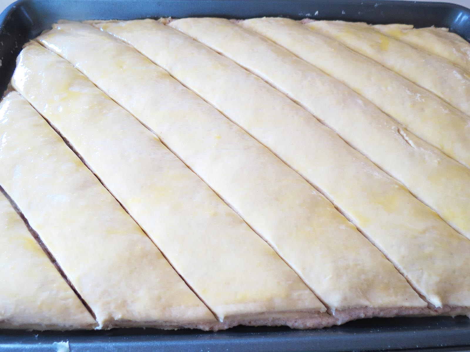 cutting-baklava