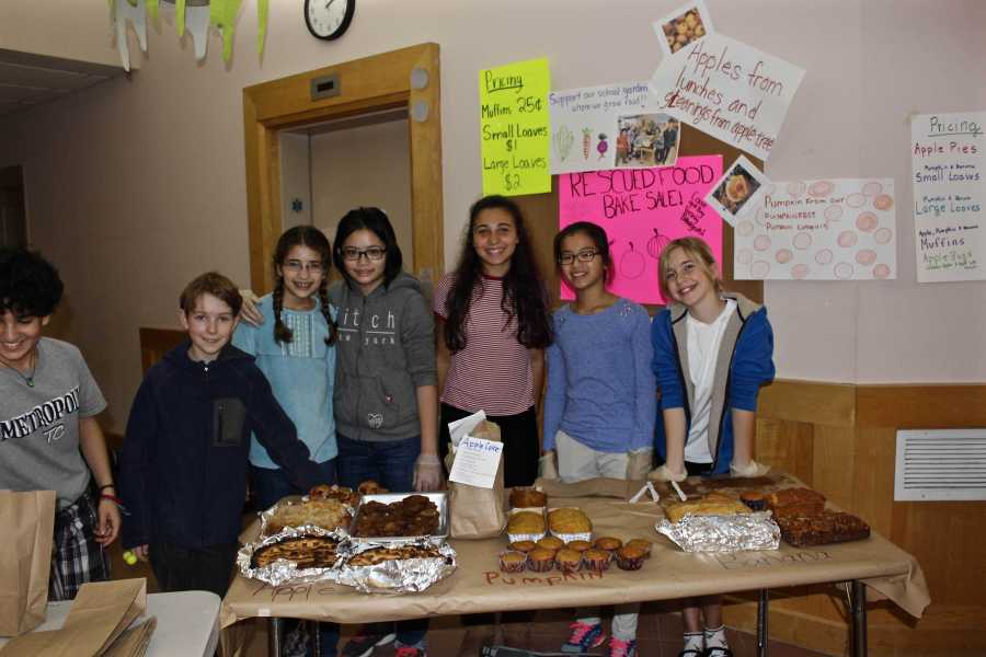 Lincoln+eighth+graders+ran+a+bake+sale+at+the+Food+Day+event.+CHLOE+JEPSEN%2FSAGAMORE+STAFF