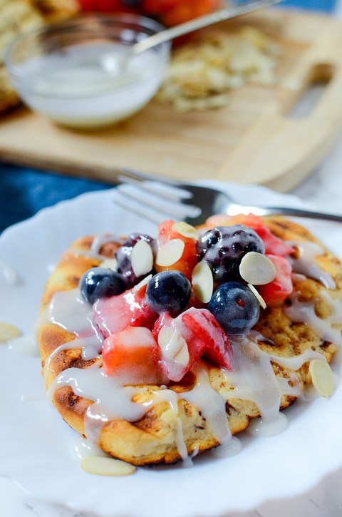 grilled cinnamon bun flatbread with fruit and icing 3