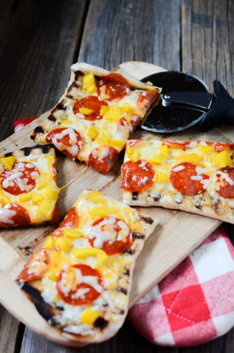 Delicious easy flatbread pizza made on the grill! 4