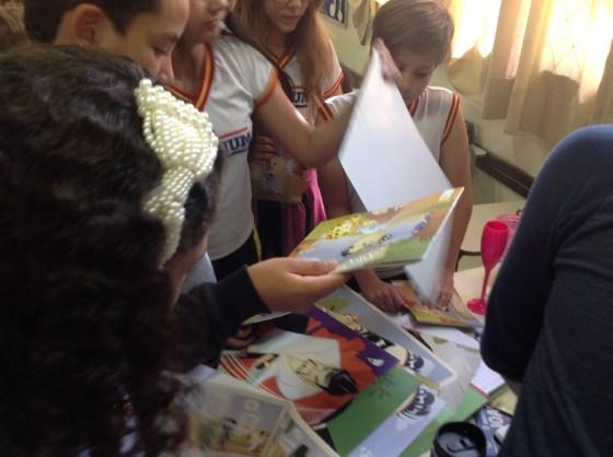 Crianças leem a HQ do Samurai Boy e escolhem pôsteres para suas coleções