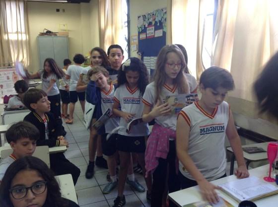 Crianças fazem fila para receber suas revistas autografadas
