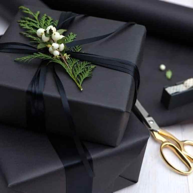 These 25 gift wrapping ideas will bring your wrapping skills to the next level. Personalize your gift giving this year with these AMAZING gift wrapping ideas! Whether it is wrapping Christmas gifts or birthday gifts this list will give you plenty of ideas. Pin this! #Christmas #Gifts #Family #Presents #GiftWrapping #Ideas #DIY #Holiday
