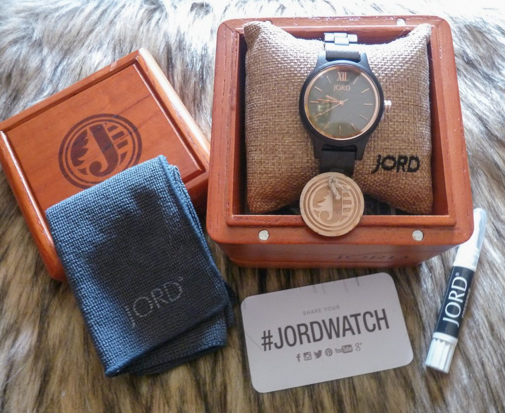 This Jord wooden watch comes with great accessories