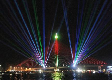 The laser show lights up the RIPAS bridge. Photo: Infofoto