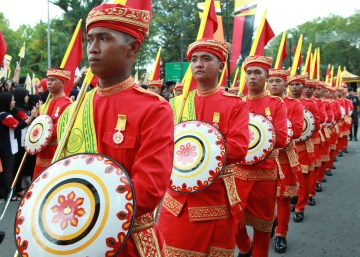 Forty bearers of 'Sinipit' (decorated spears) and 'Taming' (decorated shields) were part of the Royal Procession. Photo: Infofoto