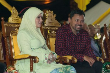 HRH Prince Haji Al-Muhtadee Billah and HRH Pengiran Anak Isteri Pengiran Anak Sarah enjoy the laser show and fireworks display on the Jalan Residency promenade. Photo: Infofoto