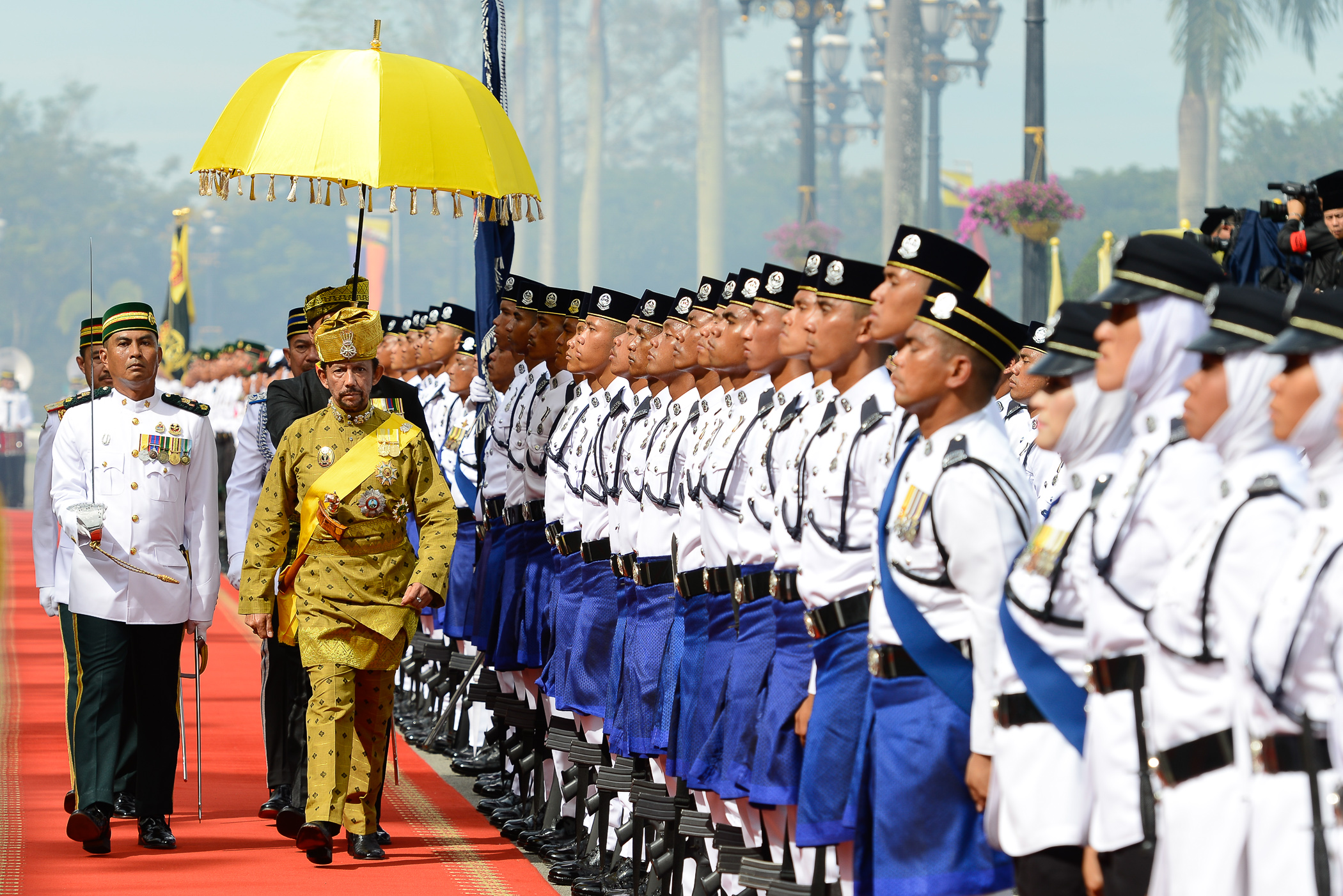 His Majesty inspects the guard of honour at Istana Nurul Iman. Photo: Infofoto
