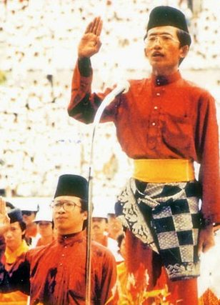Hj Abd Rahim Hj Metussin, a sixth form student who lead the recitation of the oath of loyalty on Bruneis first national day. Photo via Brunei History Centre/Infofoto